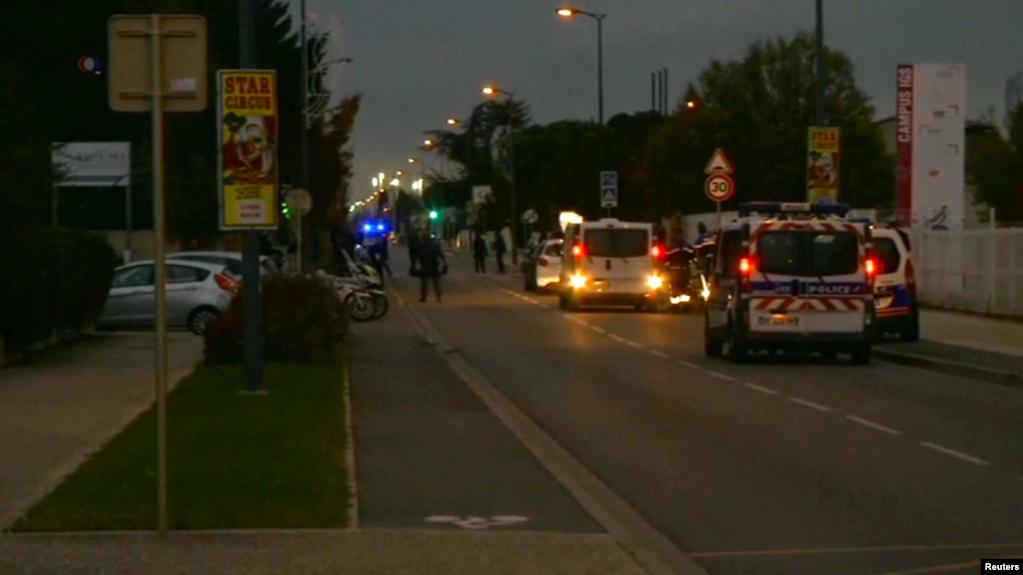 法国城市图卢兹附近一所学校外发生故意驾车撞人事件,造成三名中国学生受伤 (2017年11月10日)