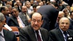 누리 알 말리키 이라크 총리(가운데)가 지난 1일 새로 개원한 의회에 출석했다.