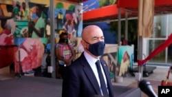 En esta fotografía del 25 de mayo de 2021, el secretario de Seguridad Nacional Alejandro Mayorkas habla con los medios de comunicación afuera del Centro Cultural Little Haiti en Miami.
