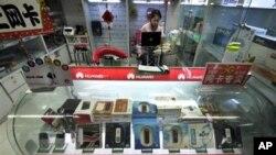 北京商店里销售华为的网络产品(资料照)