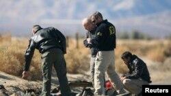 Nhân viên điều tra tại hiện trường tai nạn ở sa mạc Mojave, California, ngày 2/11/2014.