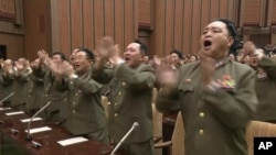 지난 29일 북한 평양 만수대의사당에서 열린 최고인민회의 제13기 4차 회의에서 군인들이 박수를 치고 있다. 북한 관영 조선중앙TV가 방영한 화면이다.