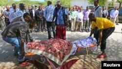 Warga mengangkut jenazah anggota parlemen Somalia, Mohamed Mohamud Hayd yang tewas di Mogadishu hari Kamis (3/7).