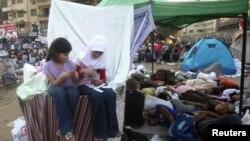 2012年6月22日抗议者在开罗解放广场进行静坐抗议的期间,抗议者的女儿们在抗议者轮班进行睡眠休息的地区玩纸牌