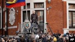 Người sáng lập WikiLeaks Julian Assange đứng trên ban-công của Đại sứ quán Ecuador ở London, Anh, ngày 19 tháng 5, 2017.