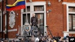 جولیان آسانژ، بنیانگذار ۴۶ ساله ویکیلیکس، حدود شش سال است که به سفارت اکورادور در لندن پناه برده است.