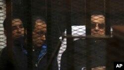 埃及前总统穆巴拉克出庭,在法庭为被告准备的笼子里(2014年11月29日)