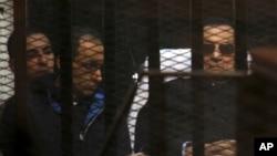Cựu Tổng thống Ai Cập Hosni Mubarak, 86 tuổi, và con trai ông, Gamal, thứ hai bên trái, trong 1 phiên tòa ở Cairo, Ai Cập, Thứ Bảy 29/11/2014.