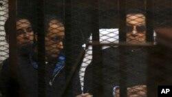 Svrgnuti egipatski lider na bolničkim kolicima, pored svog sina Gamala, danas u sudnici u Kairu