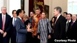 Presiden Joko Widodo berbincang dengan Delegasi European (EU)- ASEAN Bussines Council di Istana Merdeka, Jakarta, Kamis, 28 November 2019. (Foto: Biro Setpres)