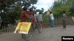 ریاست بہار میں 50 رضا کار سائیکلوں پر گشت کرتے دکھائی دیتے ہیں۔