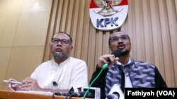 Ketua KPK Abraham Samad (kanan) dan deputinya Bambang Widjojanto dalam konferensi pers yang mengumumkan penetapan calon Kapolri sebagai tersangka kasus korupsi di Jakarta (13/1). (VOA/Fatiyah Wardah)