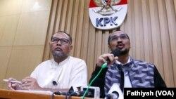 Ketua KPK Abraham Samad (kanan) dan Bambang Widjojanto dalam konferensi pers yang mengumumkan penetapan calon Kapolri sebagai tersangka kasus korupsi di Jakarta (13/1). (VOA/Fatiyah Wardah)