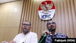 Ketua KPK Abraham Samad (kanan) dan deputinya Bambang Widjojanto yang sekarang sudah non-aktif karena proses hukum. (Foto: Dok)