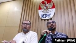Ketua KPK Abraham Samad (kanan) dan wakil KPK, Bambang Widjojanto dalam konferensi pers yang mengumumkan penetapan calon Kapolri sebagai tersangka kasus korupsi di Jakarta (13/1). (Foto: dok).