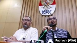 Wakil Ketua KPK non aktif Bambang Widjojanto (kiri) dan Ketua KPK non aktif, Abraham Samad (foto: VOA/Fatiyah Wardah).