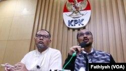 Ketua KPK Abraham Samad (kanan) dan mantan Wakil Ketua KPK, Bambang Widjojanto (foto: dok). Ritme kerja KPK terganggu karena pimpinannya menjadi tersangka.