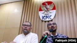 Abraham Samad (kanan) dan Bambang Widjojanto saat masih menjabat sebagai Ketua KPK dan Wakil Ketua KPK (VOA/Fatiyah Wardah)