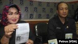 Camat Semampir Siti Hindun dan Kepala Dispenduk Capil Kota Surabaya Suharto Wardoyo menunjukkan data warga Surabaya yang berangkat ke Turki (Foto: VOA/Petrus)