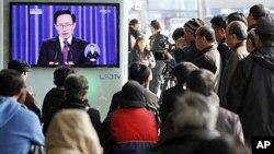 22일 서울역에서 이명박 한국 대통령의 취임 4주년 기자회견을 지켜보는 시민들.