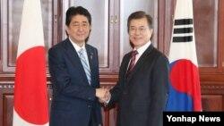 Le Premier ministre japonais Shinzo Abe et le président sud-coréen Moon Jae-in.