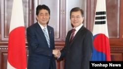 문재인 한국 대통령(오른쪽)과 아베 신조 일본 총리가 7일 동방경제포럼이 열린 러시아 블라디보스토크 만나 정상회담을 가졌다.