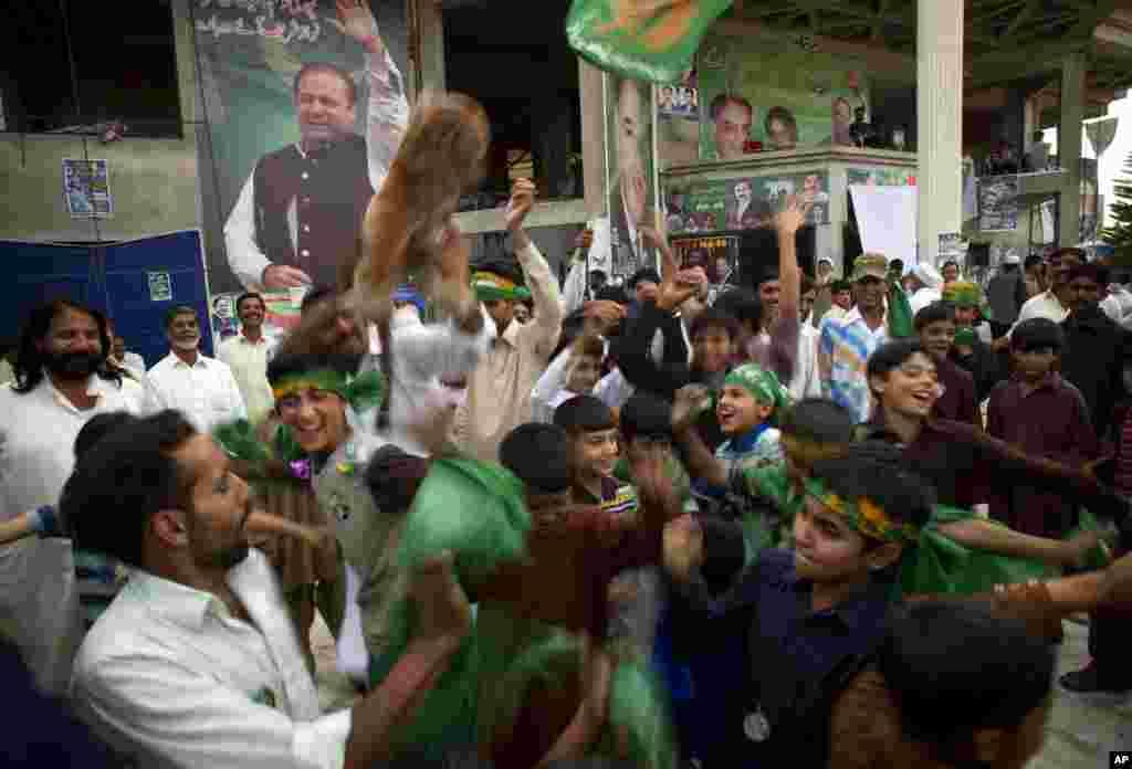 İslamabadda Pakistanın sabiq baş naziri Nəvaz Şərif tərəfdarları seçkilərin ilkin nəticələrini bayram edir