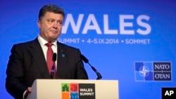 4일 영국 웨일즈에서 열린 나토 정상회의에 참석한 우크라이나의 페트로 포로셴코 대통령이 기자회견을 가지고 있다.
