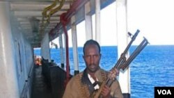 Seorang bajak laut Somalia dengan senjatanya (foto: dok).