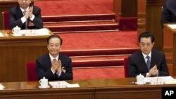 지난 3월 중국 베이징에서 열린 전국인민대표대회에 참석한 후진타오 국가주석(오른쪽)과 원자바오 총리(왼쪽). (자료 사진)