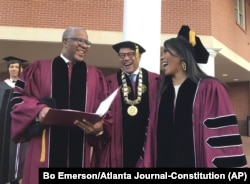 Robert F. Smith (kiri) tertawa bersama David Thomas (tengah) dan aktris Angela Bassett di Morehouse College, 19 Mei 2019, di Atlanta, Georgia.(Foto:AP)