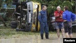 7일 러시아 남부 크림스크에서 폭우로 홍수가 발생한 가운데, 사고로 전복된 차량.