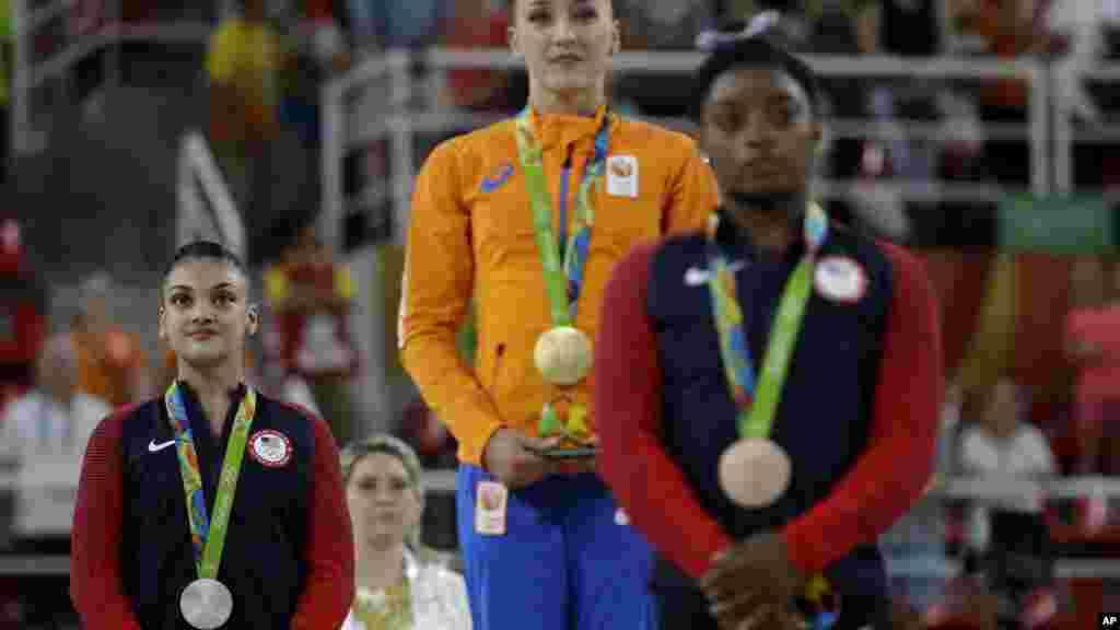 Sanne Wevers ,Lauren Hernandez, et Simone Biles après avoir reçu leurs médailles à Rio de Janeiro, le 15 août 2016.