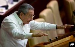 古巴领导人劳尔•卡斯特罗在古巴议会会议上向人们示意