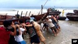 Tàu thuyền được đưa vào bờ cạn tránh bão.