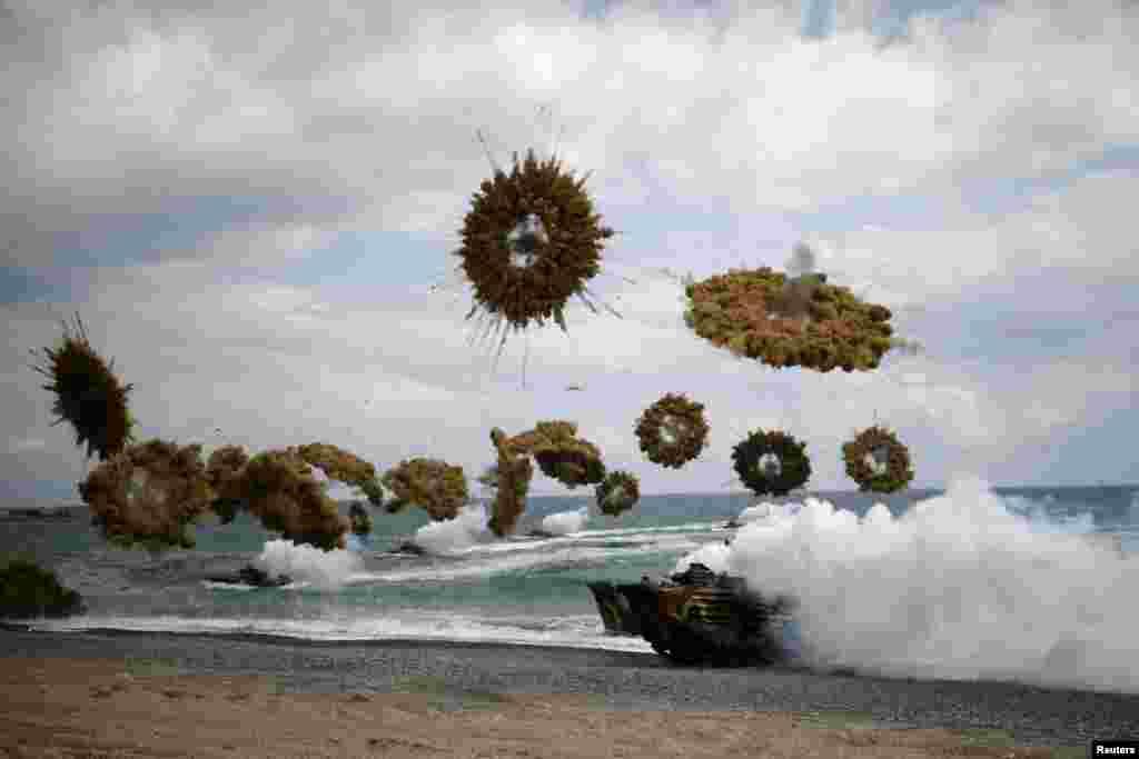 زرهدار قوای دریایی کوریای جنوبی که قادر به حرکت در آب نیز است، در جریان مشق و تمرین مشترک نظامی با قوای امریکایی در شهر پوهانگ کوریای جنوبی دیده می شود.