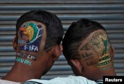 Índios fãs de futebol fizeram os seus cortes de cabelo a rigor Junho 6, 2014.