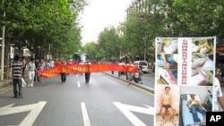 200多名退伍军人拉起横幅游行要求惩处打人民警