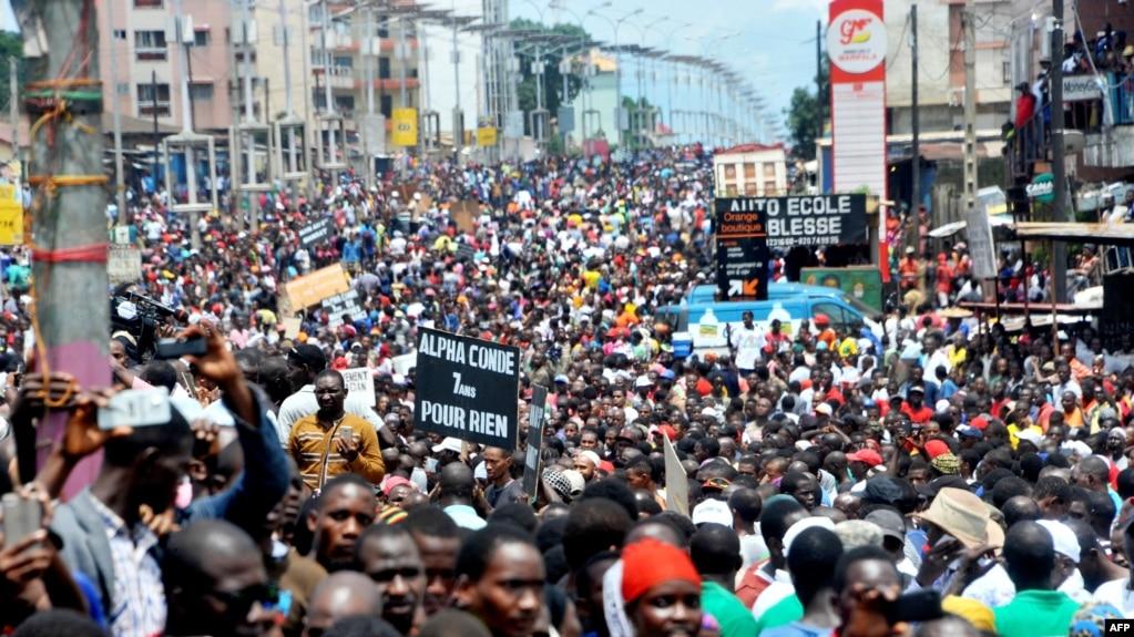 Des partisans de l'opposition marchant dans les rues de Conakry, Guinée, 2 août 2017.