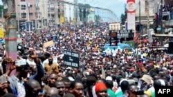 Des partisans de l'opposition marchent dans les rues de Conakry, Guinée, 2 août 2017.