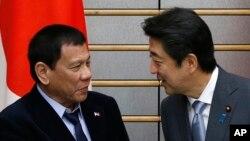2016年10月26日日本首相安倍在首相官邸會見到訪的菲律賓總統杜特爾特(左)。