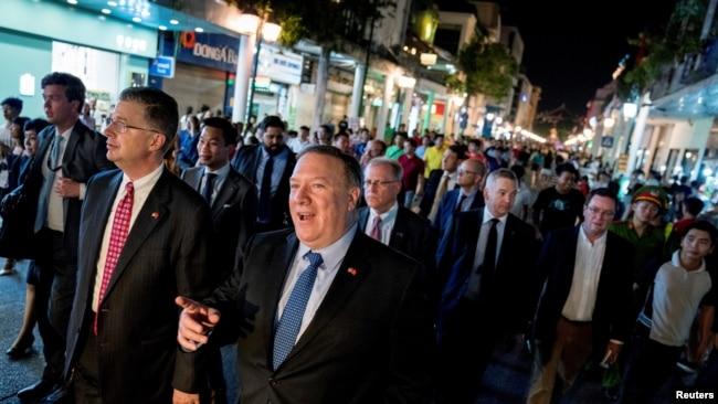 Ông Pompeo được Đại sứ Mỹ tại Việt Nam Daniel Kritenbrink tháp tùng đi dạo phố ở Hà Nội hôm 8/7.