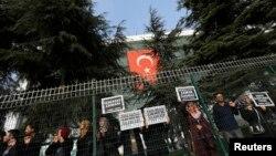 Nhân viên báo Zaman và thân nhân của họ cầm các biểu ngữ bên ngoài tòa báo ở Istanbul, 14/12/14