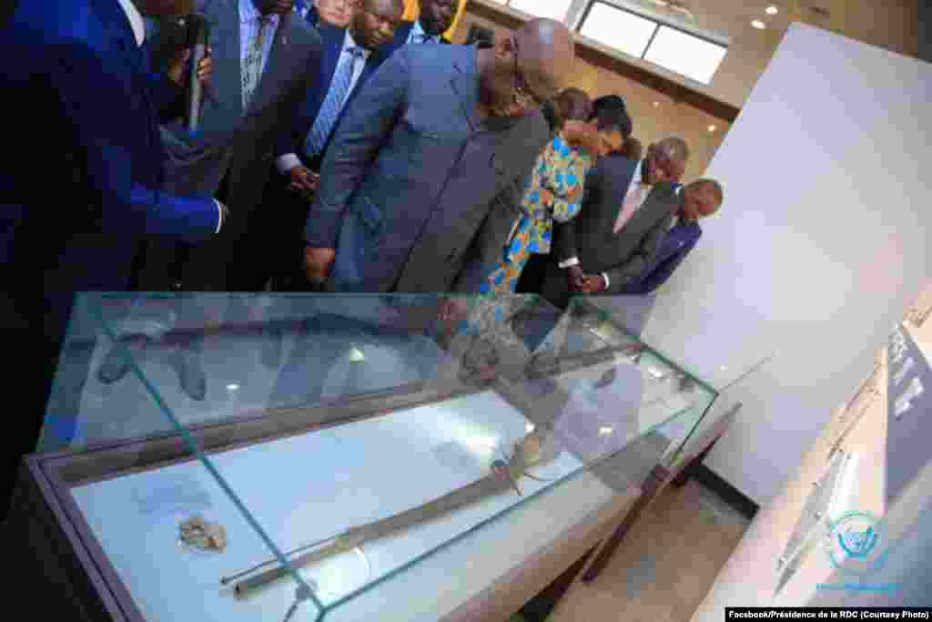 Président Félix Tshisekedi elongo na mokambi ya Assemblée nationale Jeanine Mabunda na bufungwami ya Musée national ya sika, Kinshasa, RDC, 23 novembre 2019. (Facebook/Présidence de la RDC)