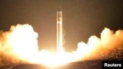 북한이 지난해 11월 29일 실시한 신형 대륙간탄도미사일 '화성-15형' 발사 모습을 관영 조선중앙통신을 통해 공개했다.