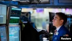 纽约证券交易所的一位交易人员在工作
