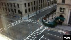 Jalanan kota Boston nampak lengang, warga dilarang ke luar rumah dan pihak berwenang masih melakukan pencarian pelaku pemboman Boston, 19 April 2013. (VOA/Carolyn Presutti). KBRI telah mengimbau warga Indonesia di Boston untuk waspada.