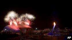 Fedatifis eksploze sou Stad Olenpik la nan seremoni ki tap mete fen nan Je Zolenpik Divè yo, Dimanch 23 fevriye 2014 la, nan Sochi, Larisi.