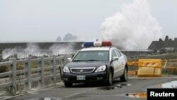 7일 태풍 '네파탁'이 접근하고 있는 타이완 해변에서 높은 물결이 일고 있다.