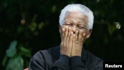 Nelson Mandela ríe con los periodistas y artistas que asistían a un concierto serca del pequeño poblado de Southern Cape, Sudáfrica.